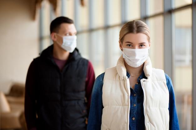 Concetto di quarantena di coronavirus. mers-cov, romanzo coronavirus, uomo e donna con mascherina medica