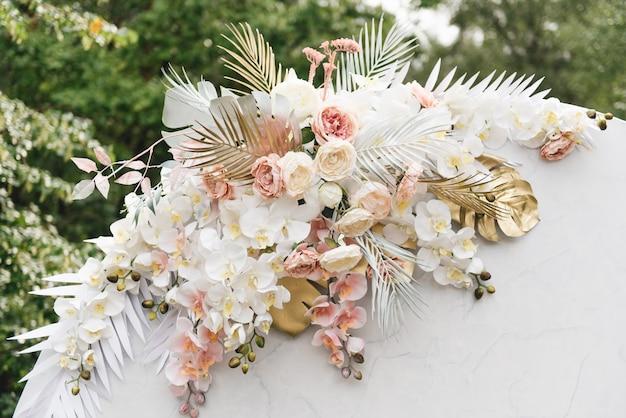 Concetto di decorazione per matrimonio e celebrazione arco tondo per cerimonia di nozze