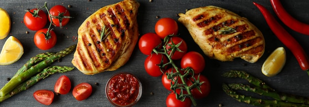 Concetto di cibo delizioso con carne di pollo alla griglia su legno scuro