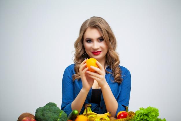 Concetto di dieta e donna mangia sana con verdure