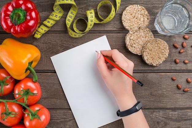 Concetto di dieta dimagrante con vista dall'alto di verdure mock up