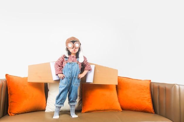 Il concetto di sogni e viaggi il bambino interpreta il ruolo di un pilota e sogna di volare nello spazio.