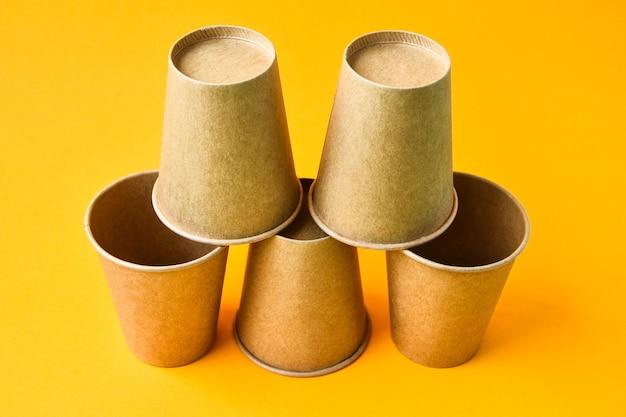 Il concetto di eco fast food con bicchieri di cartone di materiale ecologico isolato