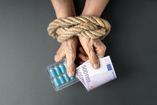 Concetto di pensionato europeo con una mancanza di denaro