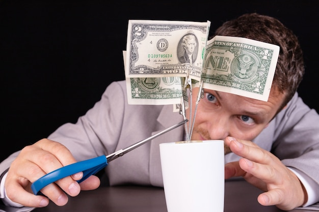 Concetto di calo dei tassi di interesse su prestiti, depositi, profitti