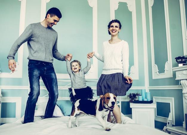 Concetto di genitori amorevoli per la felicità familiare che giocano con il bambino da