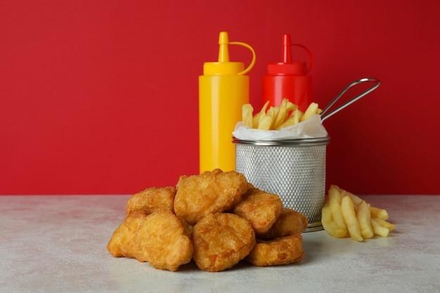 Concetto di fast food su sfondo rosso