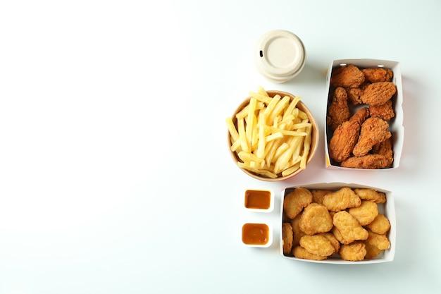 Concetto di fast food su sfondo bianco