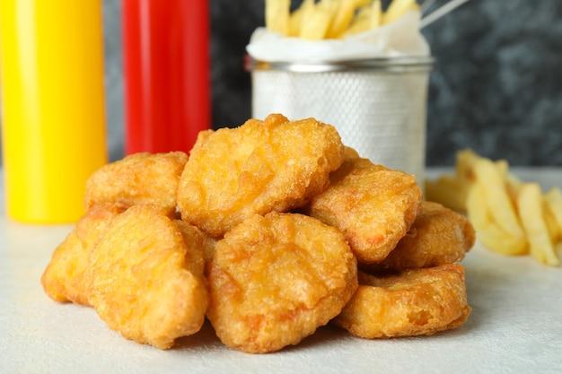 Concetto di fast food sul tavolo strutturato bianco