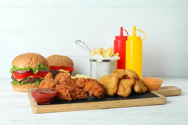Concetto di fast food sul tavolo di legno bianco