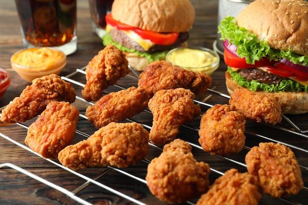 Concetto di fast food su tavola di legno