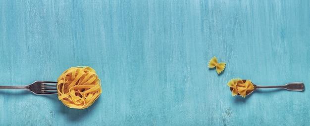 Concetto di pasta alimentare su una vista dall'alto di sfondo blu