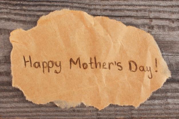 Concetto di saluto felice festa della mamma su fondo di legno vecchio.