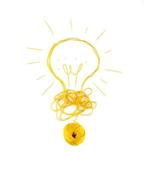 Concetto di idea e innovazione con groviglio di filato di lana