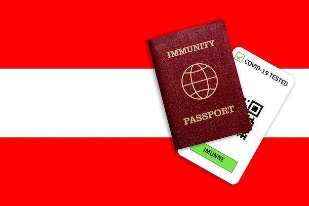 Concetto di immunità al coronavirus. passaporto di immunità e risultato del test per covid-19 sulla bandiera dell'austria.