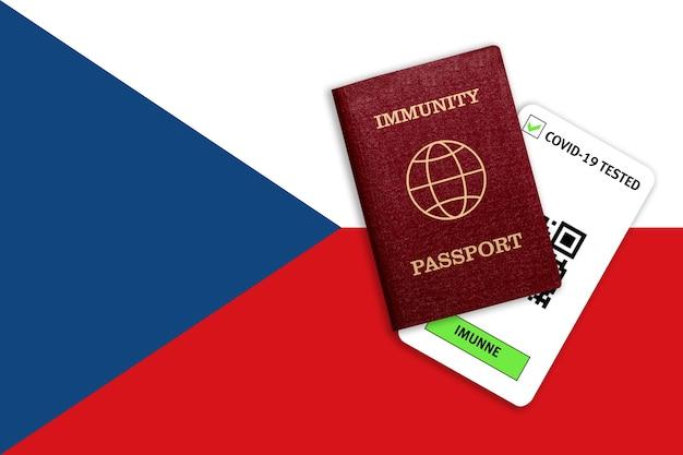 Concetto di immunità al coronavirus. passaporto di immunità e risultato del test per covid-19 sulla bandiera della repubblica ceca.