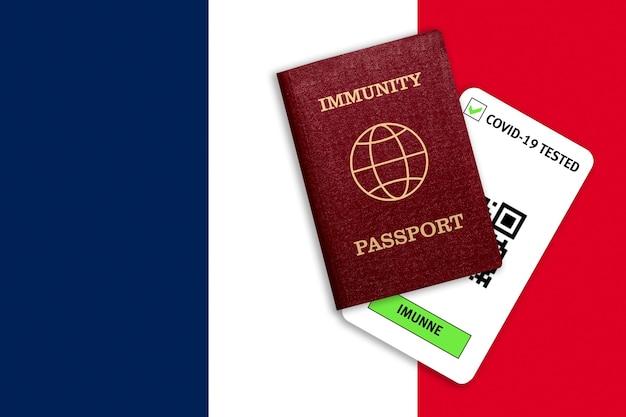 Concetto di immunità al coronavirus. passaporto di immunità e risultato del test per covid-19 sulla bandiera della francia