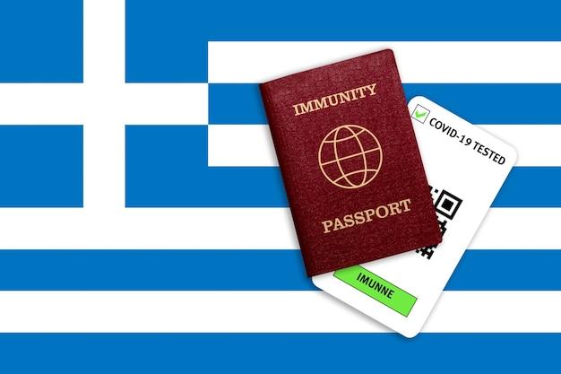 Concetto di immunità al coronavirus. passaporto di immunità e risultato del test per covid-19 sulla bandiera della grecia.