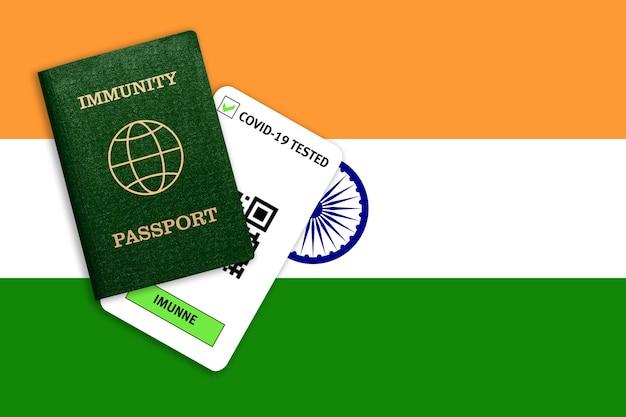 Concetto di immunità al coronavirus. passaporto di immunità e risultato del test per covid-19 sulla bandiera dell'india.