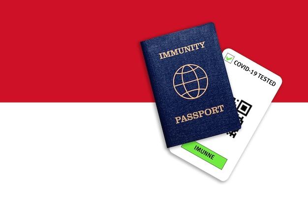Concetto di immunità al coronavirus. passaporto di immunità e risultato del test per covid-19 sulla bandiera dell'indonesia.