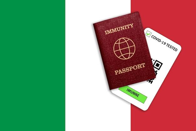 Concetto di immunità al coronavirus. passaporto di immunità e risultato del test per covid-19 sulla bandiera dell'italia.