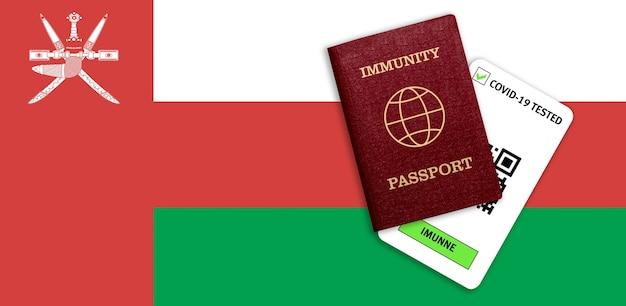 Concetto di immunità al coronavirus. passaporto di immunità e risultato del test per covid-19 sulla bandiera dell'oman.