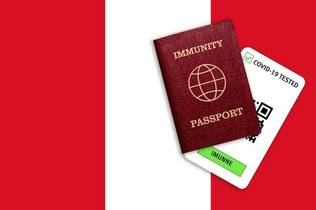 Concetto di immunità al coronavirus. passaporto di immunità e risultato del test per covid-19 sulla bandiera del perù.
