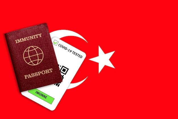 Concetto di immunità al coronavirus. passaporto di immunità e risultato del test per covid-19 sulla bandiera della turchia.