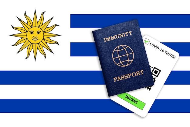 Concetto di immunità al coronavirus. passaporto di immunità e risultato del test per covid-19 sulla bandiera dell'uruguay