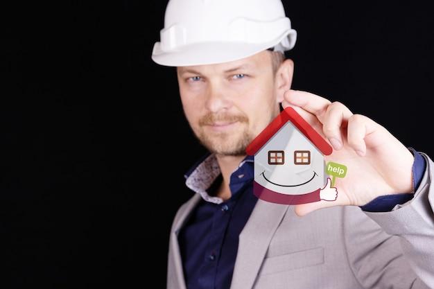 Concetto di assicurazione e costruzione sicura di una casa chiavi in mano.