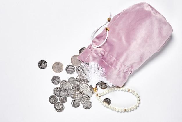 Concetto di finanza islamica su sfondo bianco bancario o finanziario conforme alla sharia