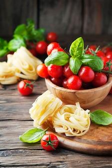 Concetto di cibo italiano con basilico, pasta e pomodoro