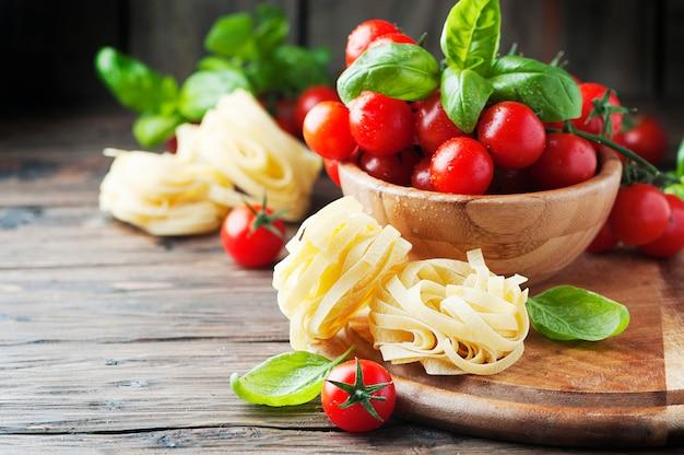 Concetto di cibo italiano con pasta e pomodoro