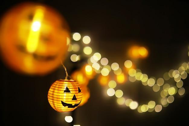 Il concetto di luce nella notte halloween.la forma della lampada rotonda di zucca utilizzata per decorare con bokeh e copia spazio per il testo.
