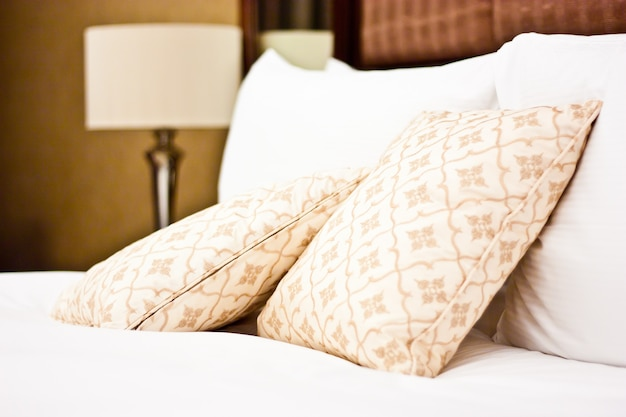 Concetto di lusso e luna di miele, cuscini in un hotel di lusso