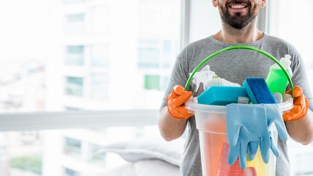 Concetto di uomo che pulisce la sua casa