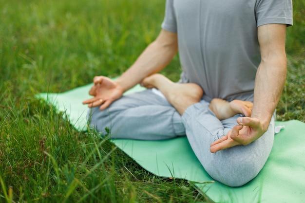Concetto di meditazione in natura. uomo in una posa di loto