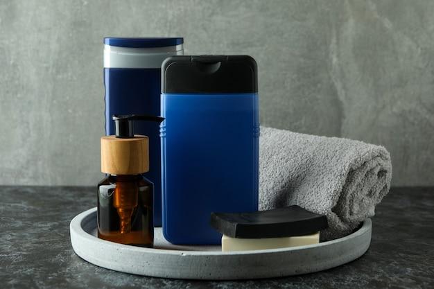 Concetto di strumenti per l'igiene maschile sul tavolo smokey nero