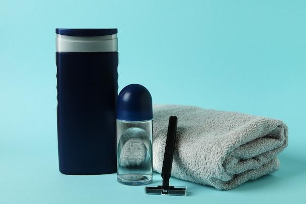 Concetto di strumenti per l'igiene maschile su sfondo blu isolato