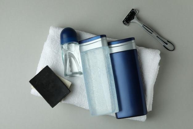 Concetto di strumenti per l'igiene maschile su sfondo grigio chiaro