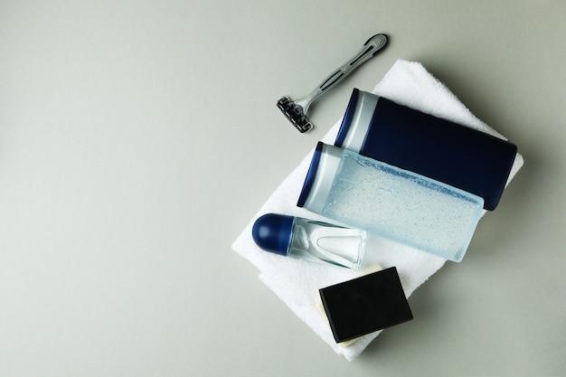 Concetto di strumenti per l'igiene maschile su sfondo grigio chiaro isolato