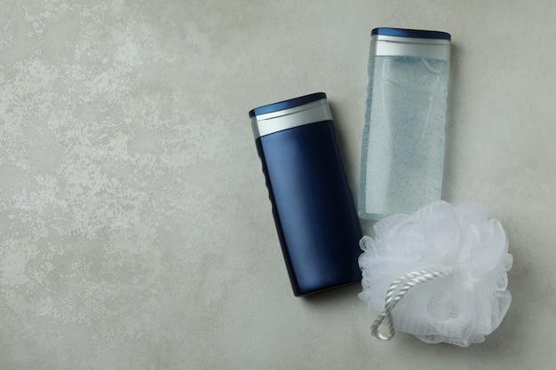 Concetto di strumenti per l'igiene maschile su sfondo con texture