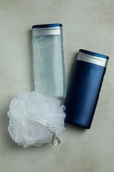 Concetto di strumenti per l'igiene maschile su priorità bassa isolata strutturata
