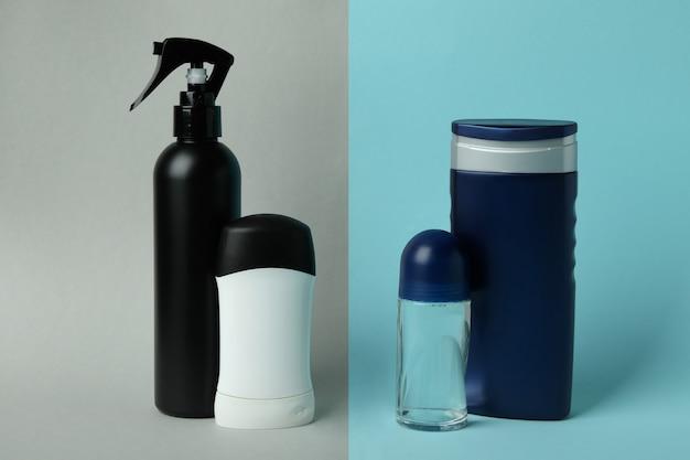 Concetto di strumenti per l'igiene maschile su due toni di sfondo