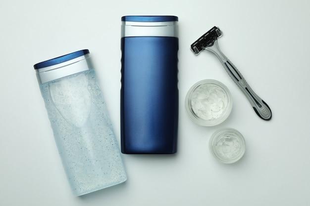 Concetto di strumenti per l'igiene maschile su sfondo bianco isolato