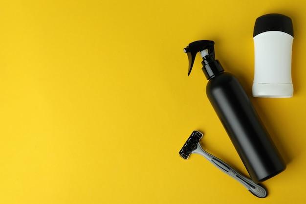 Concetto di strumenti per l'igiene maschile su sfondo giallo