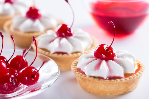 Concetto di mini-pasticceria o grande fabbrica di dolciumi. produzione di torte e pasticcini con crema.