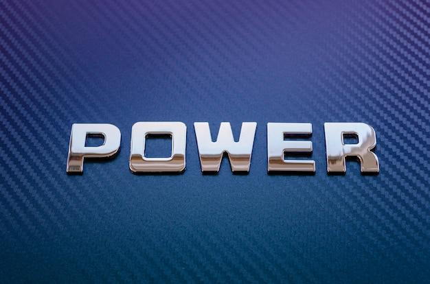 Concetto di sport motoristico, velocità, potenza del motore. lettere sulla superficie in fibra di carbonio
