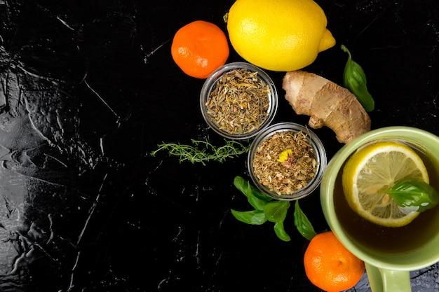 Concetto di medicina naturale. rimedi naturali per il raffreddore su sfondo nero. lay piatto. copia spazio.