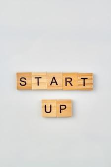 Concetto di nuovo progetto imprenditoriale. avviare le parole scritte con blocchi di lettere in legno isolati su priorità bassa bianca.